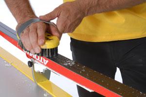 Нанесение парафина на лыжи утюгом