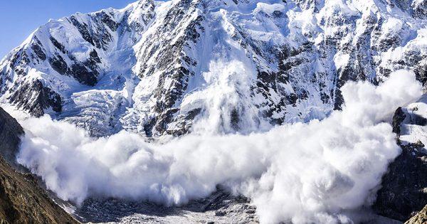 Снежная лавина: что это, причины, опасные периоды, последствия, фото и видео