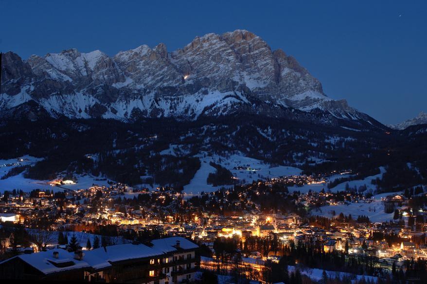 Ночные виды горнолыжного курорта Кортина д'Ампеццо
